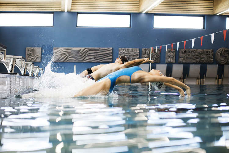 Schwimmtraining im Innenbereich des Telfer Bad