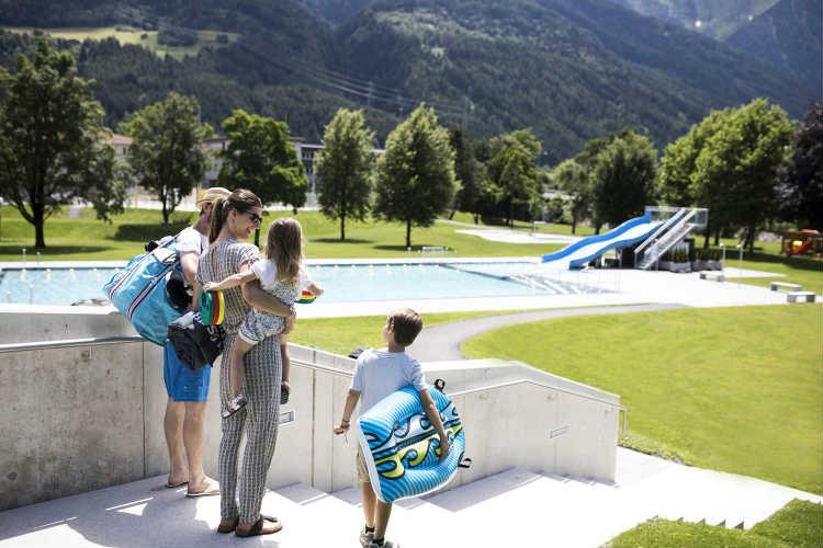 Erwachsene und Kinder im Außenbereich vom Telfer Bad