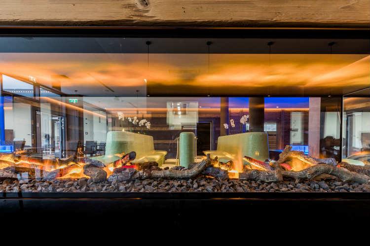 Künstliches Feuer und Beleuchtung in der Sauna