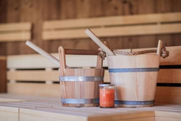 Innenansicht einer Sauna mit Aufgusskübel