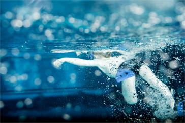 Unterwasserbild eines schwimmenden Kindes