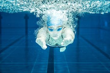 Drei Sportschwimmer trainieren im Telfer Bad